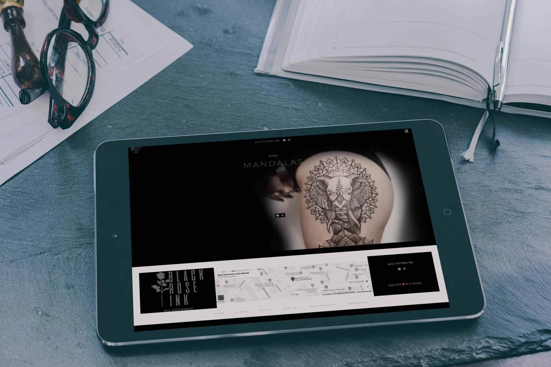Tablet auf einem Tisch liegend mit der Webseite des Tattoo Studios Black Rose Ink in Bayreuth