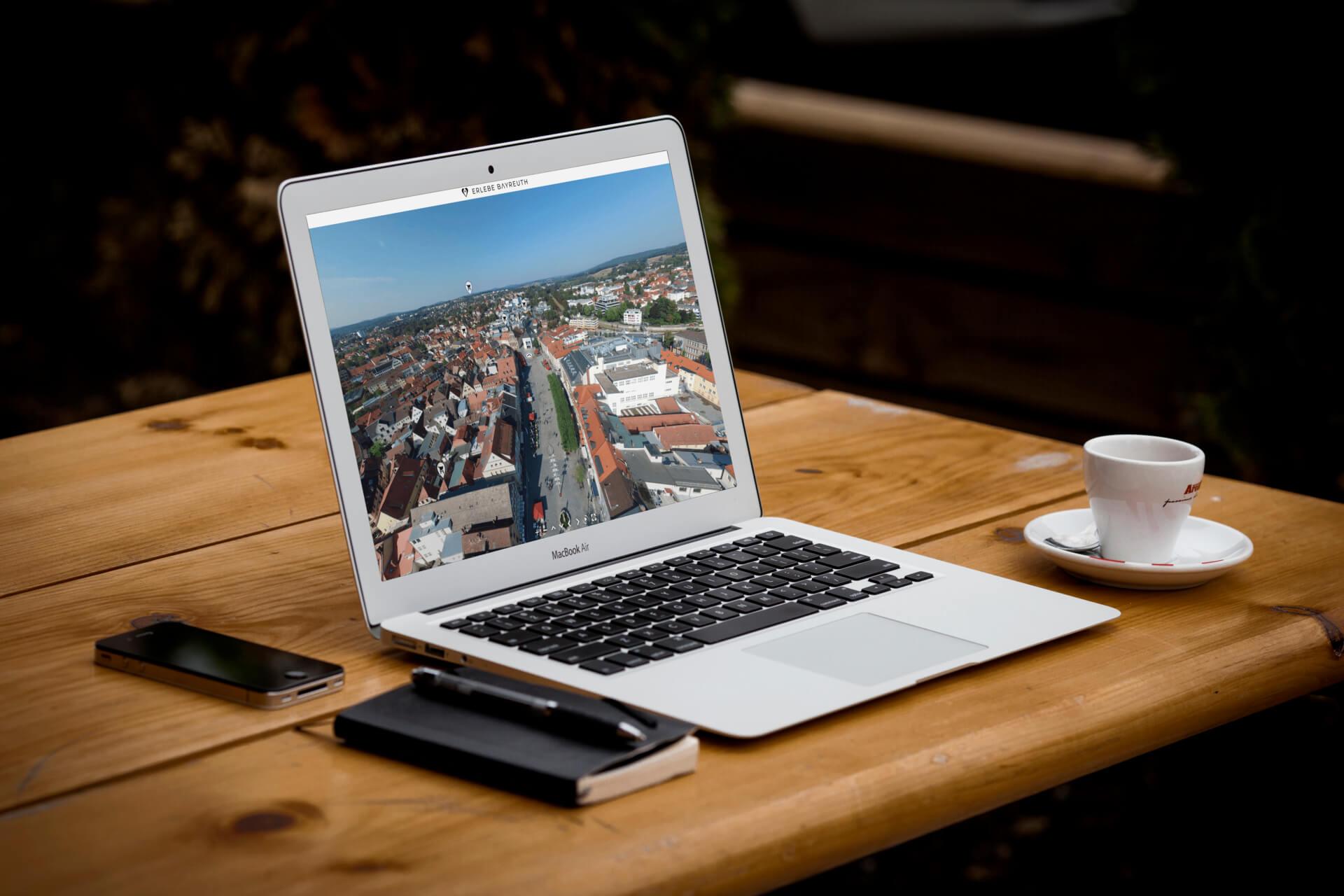 Laptop mit der Webseite von Erlebe Bayreuth
