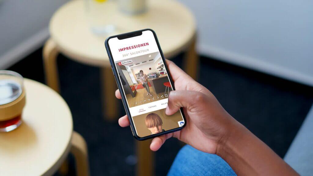 Smartphone mit der Webseite von Salon Schrödel